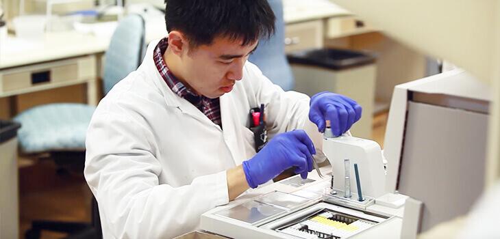 Un technicien de laboratoire aux commandes d'un appareil.